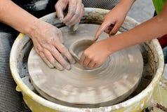 陶瓷工从黏土做一个水罐在索非亚,保加利亚 图库摄影