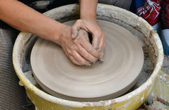 陶瓷工从黏土做一个水罐在索非亚,保加利亚 免版税图库摄影