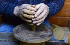 陶瓷工从黏土做一个水罐在索非亚,公寸10的保加利亚, 2015年 库存图片