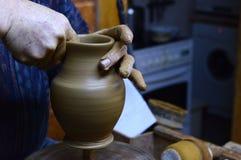 陶瓷工从黏土做一个水罐在索非亚,公寸10的保加利亚, 2015年 库存照片