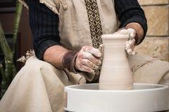 陶瓷工` s手 图库摄影