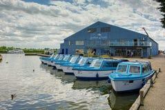 陶瓷工HEIGHAM, NORFOLK/UK - 5月23日:蓝色小船看法Hir的 免版税库存图片