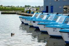 陶瓷工HEIGHAM, NORFOLK/UK - 5月23日:蓝色小船看法Hir的 图库摄影