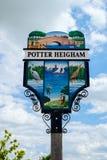 陶瓷工HEIGHAM, NORFOLK/UK - 5月23日:镇标志的看法在P的 免版税库存图片