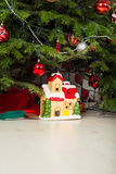 陶瓷房子在圣诞树下 免版税库存照片