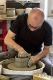 陶瓷技师在工作在车间 免版税库存照片