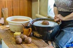 陶瓷技师妇女在工作 库存图片