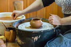 陶瓷技师妇女在工作 图库摄影