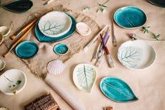 陶瓷技师工作场所烘烤了盘,为绘准备 免版税图库摄影