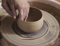 陶瓷技师的手的特写镜头工作在他的横式转盘的 库存照片