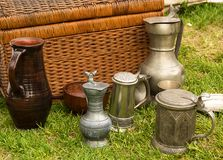 陶瓷有银盒盖纹理的金属水罐老啤酒杯在背景的 库存照片
