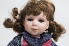 陶瓷有长的姜头发和红色礼服的瓷手工制造玩偶 免版税图库摄影