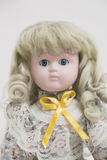 陶瓷有长的白发和花服的瓷手工制造玩偶 免版税库存图片