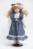 陶瓷有长的金发和蓝色礼服的瓷手工制造玩偶 库存图片