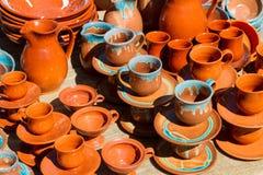 陶瓷杯子、杯子和罐。 免版税库存图片