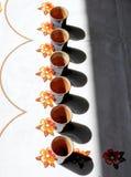 陶瓷杯子和比赛聚焦和阴影 免版税库存照片