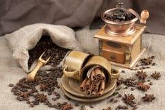 陶瓷杯子,在粗麻布的咖啡豆 图库摄影