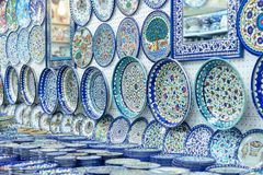陶瓷板材和其他纪念品待售在阿拉伯baazar位于在耶路撒冷耶路撒冷旧城的墙壁里面  免版税库存图片