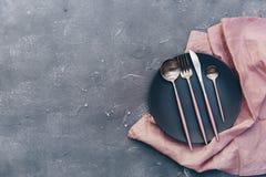 陶瓷板材顶视图在亚麻制和土气银器的 免版税库存图片