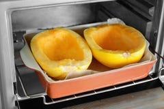 陶瓷烘烤盘用被切的意大利粉南瓜 库存图片