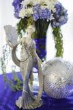 陶瓷玩偶和花花束 库存照片