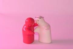陶瓷玩偶红色和白色婚戒顶上的感觉拥抱 库存照片