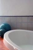 陶瓷球的浴缸 库存照片