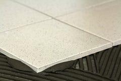 陶瓷砖和工具为铺磁砖工 地垫设施 Hom 免版税库存照片