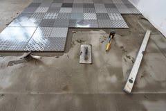 陶瓷砖和工具为铺磁砖工 免版税库存图片