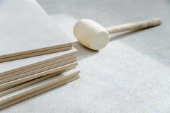 陶瓷砖和橡胶锤子 库存图片