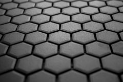 陶瓷砖马赛克由灰色菱形做成,无需填水泥,滤网基地和胶浆是可看见的 修理的概念 免版税库存图片