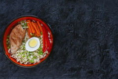 陶瓷碗传统亚洲拉面汤用面条,春天葱,鸡,切了鸡蛋,供食与木筷子 库存图片