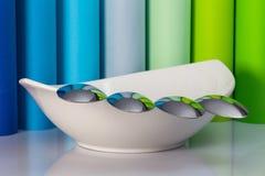 陶瓷碗和四把匙子 免版税库存图片