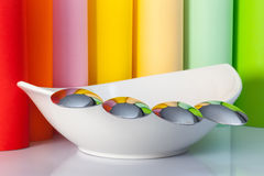 陶瓷碗和四把匙子 免版税库存照片