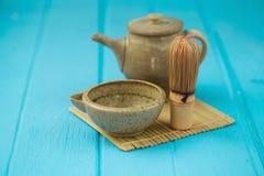 陶瓷碗和chasen -特别竹matcha茶扫, lyin 免版税图库摄影