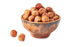 陶瓷碗榛子和两枚坚果在白色 免版税库存图片
