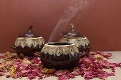 陶瓷罐用热的食物 免版税库存照片