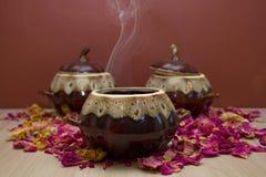 陶瓷罐用热的食物 库存照片