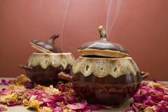 陶瓷罐用热的食物 库存图片
