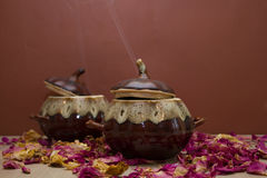 陶瓷罐用热的食物 免版税图库摄影