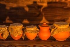 陶瓷罐的万圣夜概念有阴影的在木backgroun 免版税图库摄影