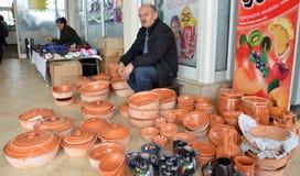 陶瓷罐的卖主在市场上 免版税库存照片