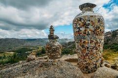 陶瓷花瓶由葡萄牙azulejo做成在东北葡萄牙,欧洲铺磁砖俯视一个谷 免版税库存图片