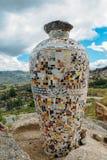 陶瓷花瓶由葡萄牙azulejo做成在东北葡萄牙,欧洲铺磁砖俯视一个谷 库存照片