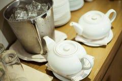 陶瓷茶壶在木板被安置 免版税库存图片