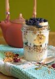 陶瓷茶壶用茶和杯新鲜的格兰诺拉麦片服务与f 库存照片