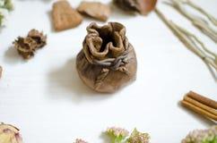 陶瓷装饰板材 在白色木桌上的黏土盘 免版税图库摄影