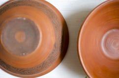 陶瓷装饰板材 在白色木桌上的黏土盘 免版税库存图片