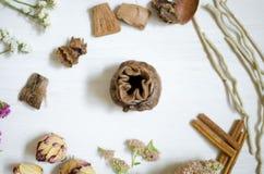 陶瓷装饰板材 在白色木桌上的黏土盘 库存照片