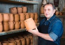 陶瓷车间的年长陶瓷工 免版税库存图片
